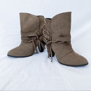 Qupid Size 9 Ankle Boots Faux Suede Taupe